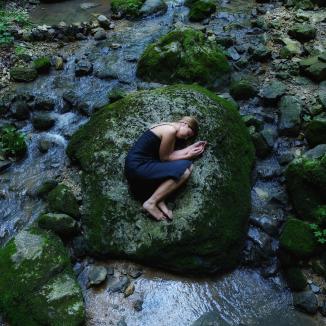 Portrait Fotografie in der Natur. In der Ruhe liegt die Kraft.