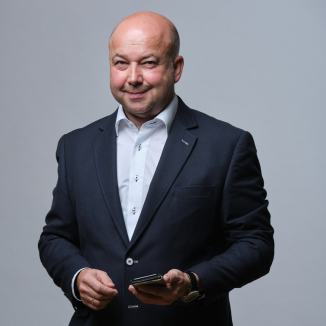 Klassisches Business Portrait ohne Krawatte.